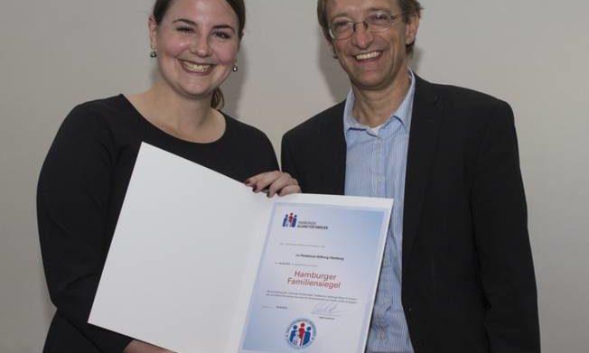 Julia Hamann mit Dr. Dirk Bange von der BASFI (Foto: BASFI Holger Kern)