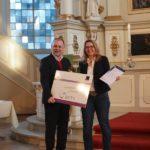Übergabe der Urkunde an die Kita am Stadtpark in der City Nord (vertreten durch Bereichsleitung Sandra Schmücker)