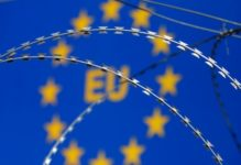Zaun vor EU Schild